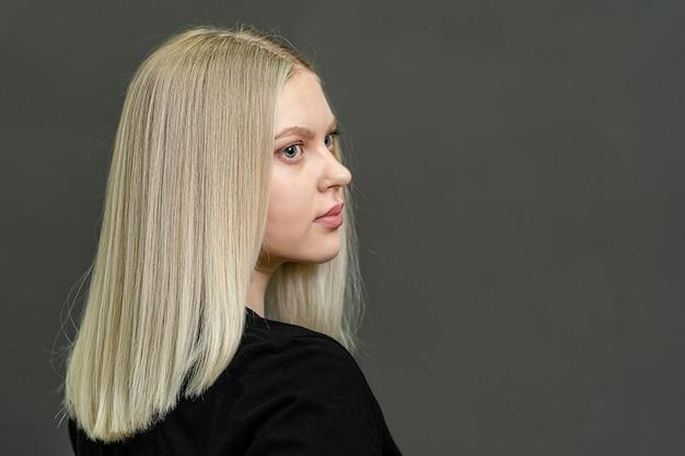 Resultado de tingimento de cabelo. modelo loira com cabelos lisos. copie o espaço