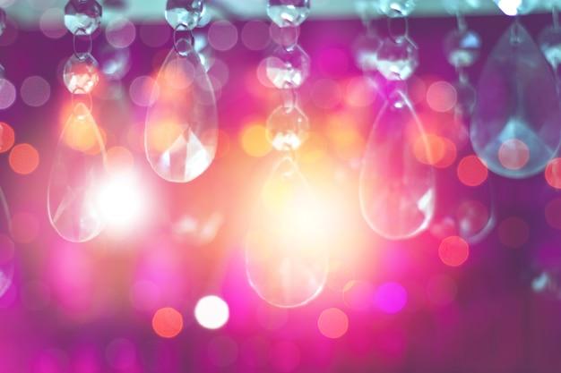 Resumo blur bokeh e luz de candelabro de cristal colorido decoram em restaurantes ou festa festiva