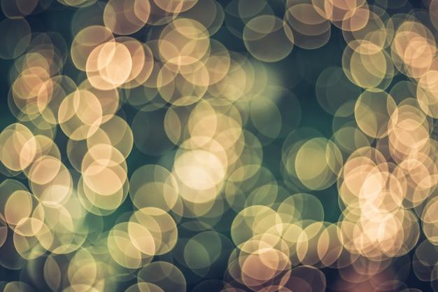 Resumo blur bola de decoração e seqüência de luz na árvore de natal com bokeh luz de fundo