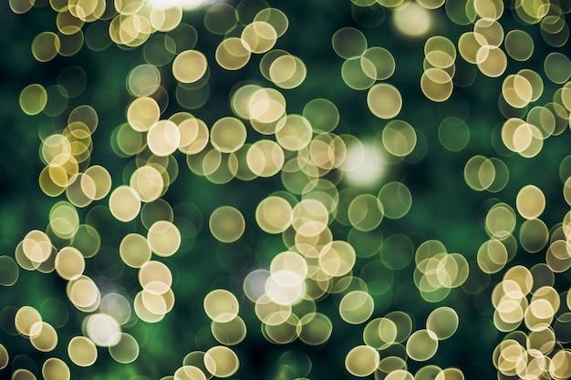Resumo blur bola de decoração e seqüência de luz na árvore de natal com bokeh luz