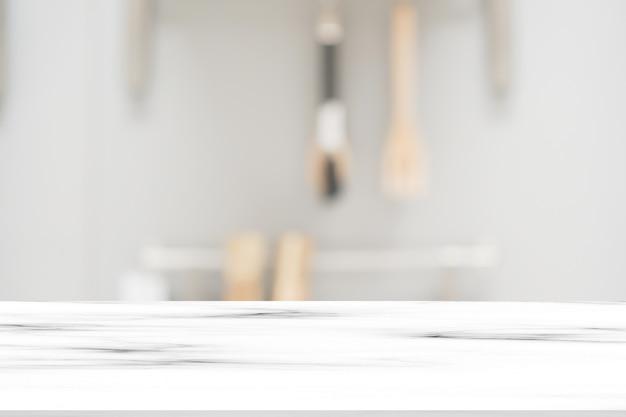 Resumo blur dentro da cozinha moderna com equipamentos de cozinha e mesa de mármore