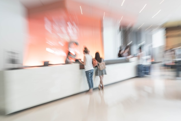Resumo blur interior do átrio do hotel para segundo plano