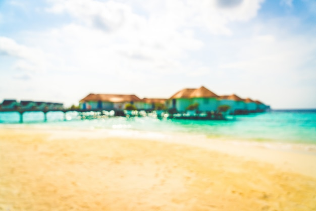Resumo blur praia tropical e mar nas maldivas para o fundo