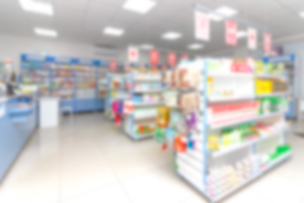 Resumo blur prateleira com medicamentos e outros produtos na loja de farmácia