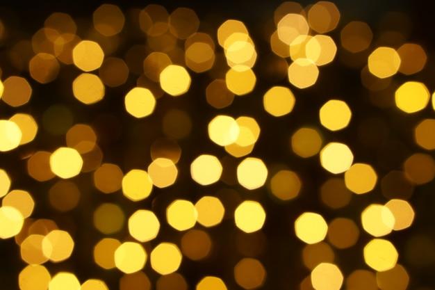Resumo borrado e bokeh de iluminação de reflexão de led partido amarelo na noite.