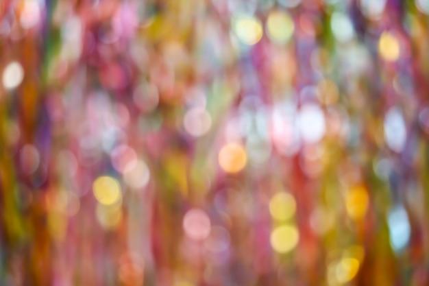 Resumo borrão de arco-íris de fita colorida no teto
