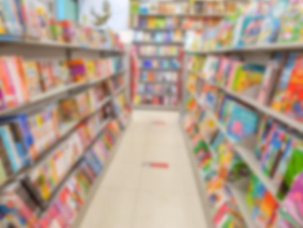 Resumo borrão de livros em prateleiras na livraria.