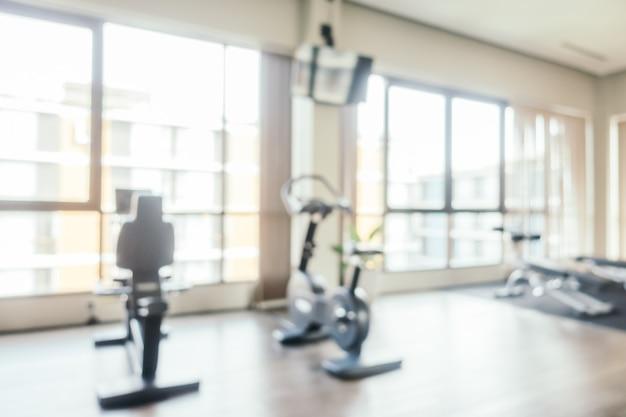 Resumo borrão equipamentos de fitness no interior do quarto de ginásio