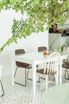 Resumo borrão mesa vazia e cadeira