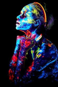 Resumo close-up retrato uv com pintura neon