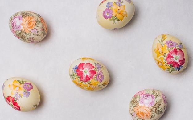Resumo colocado ovos de páscoa decoupaged