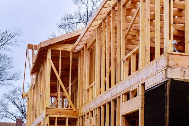 Resumo da madeira casa emoldurando no canteiro de obras.