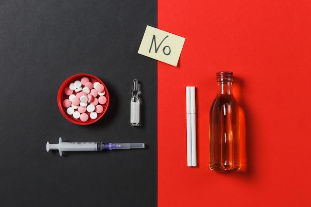 Resumo de comprimidos de comprimidos coloridos de medicação, agulha de seringa vazia, garrafa de álcool, ampola, cigarros