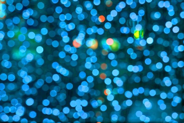 Resumo de cor azul do borrão e bokeh luz colorida interior e jardim da noite