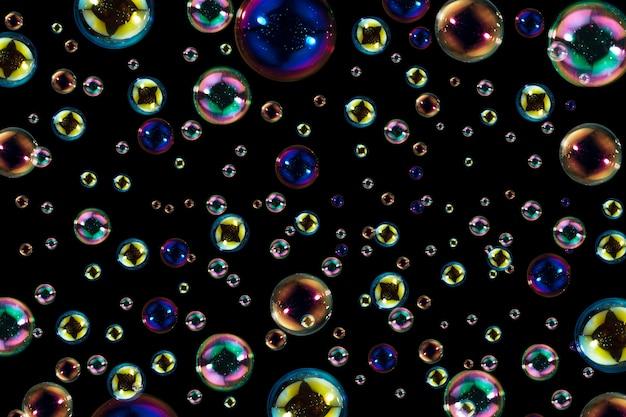 Resumo de cores bolhas de sabão flutuando no escuro