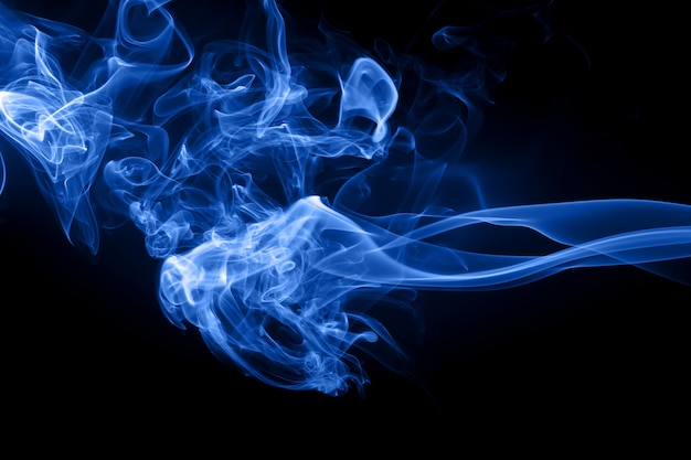 Resumo de fumaça azul sobre fundo preto, gás tóxico, conceito de escuridão