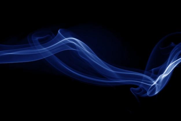 Resumo de fumaça azul sobre fundo preto
