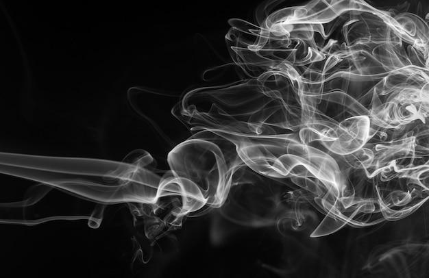 Resumo de fumaça branca sobre fundo preto, design de fogo