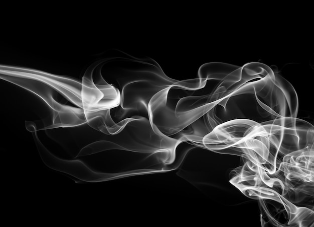 Resumo de fumaça branca sobre fundo preto, fogo
