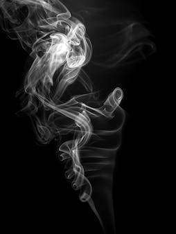 Resumo de fumaça branca sobre fundo preto, movimento tóxico no escuro