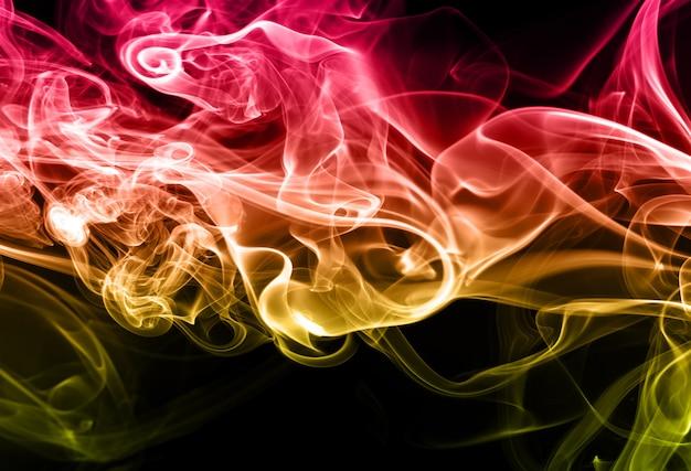 Resumo de fumaça colorida sobre fundo preto. conceito de escuridão. design de fogo