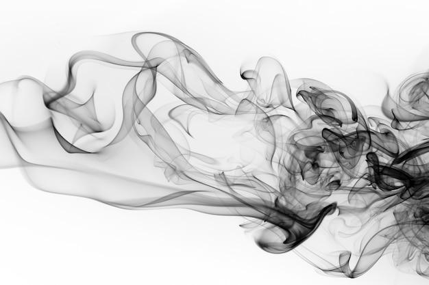 Resumo de fumaça preto sobre fundo branco. fogo