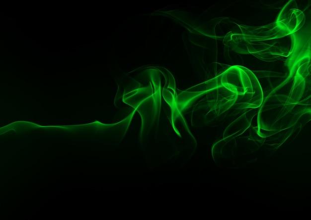 Resumo de fumaça verde sobre fundo preto, conceito de escuridão