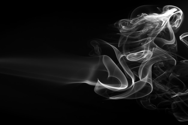 Resumo de fumo branco sobre fundo preto, design de fogo