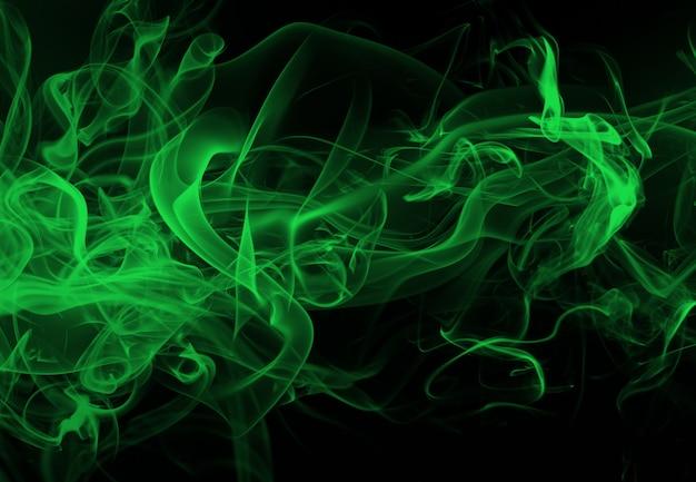 Resumo de fumo verde sobre fundo preto