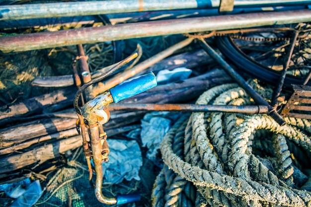 Resumo de fundo com uma pilha de redes de pesca pronto para ser lançado