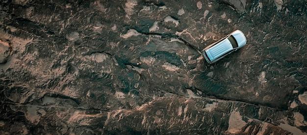 Resumo de fundo e rocha de superfície e vista superior aérea de turista de carro com telhado
