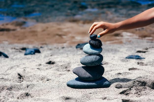 Resumo de fundo. torre de pedra em uma praia de seixos