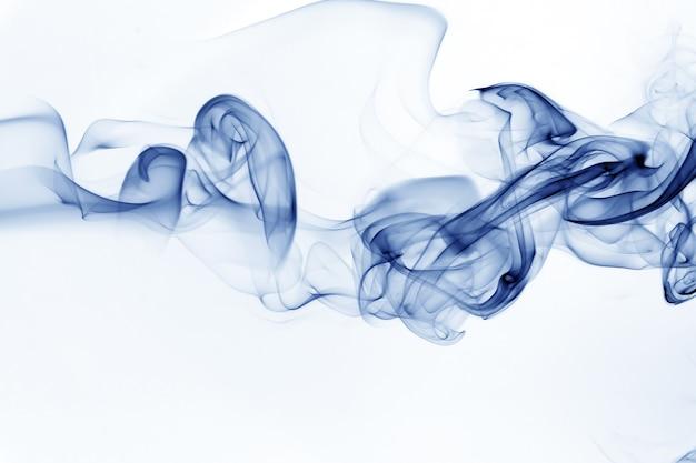 Resumo de movimento de fumaça azul sobre fundo branco