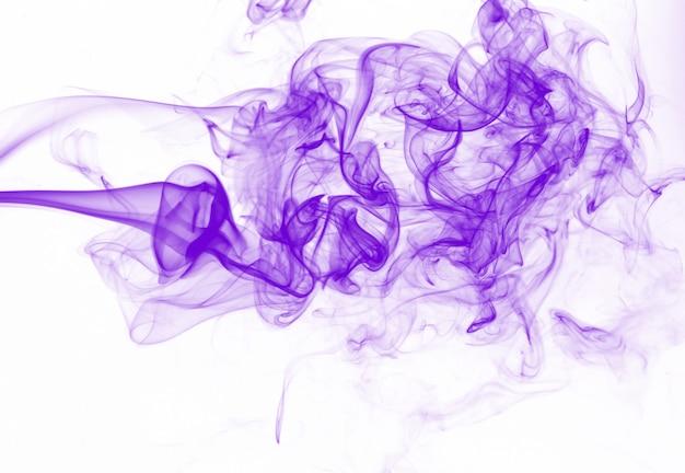 Resumo de movimento de fumaça roxa em fundo branco