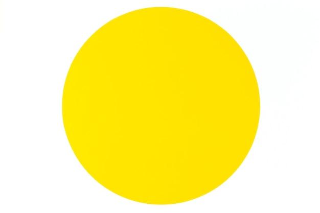 Resumo de papel de cor mínima com fundo amarelo círculo redondo sobre fundo branco