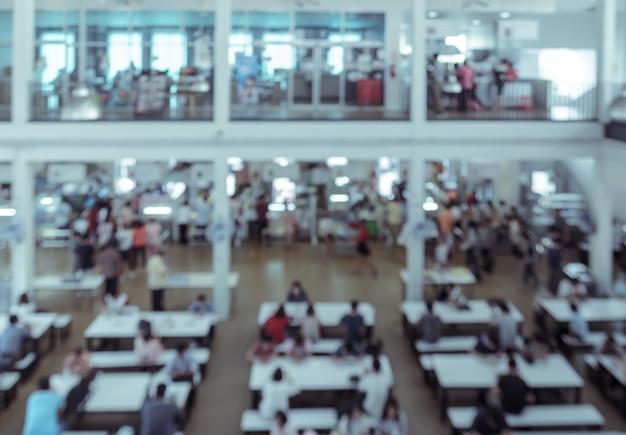 Resumo de pessoas borradas na praça de alimentação