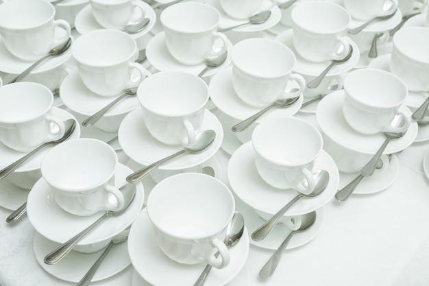 Resumo desfocado de muitas linhas brancas de xícaras de café ou chá para segundo plano.