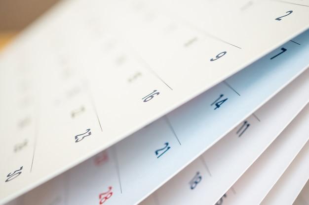 Resumo desfocado na página do calendário virando a folha de perto