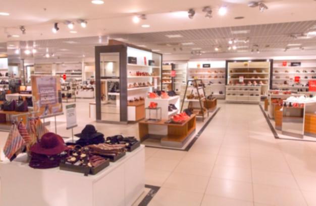 Resumo desfocar loja de roupas de estilo vintage exibindo moda feminina no super centro do shopping.