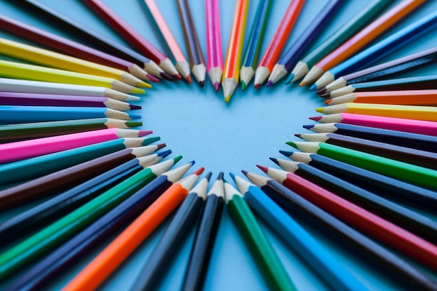 Resumo desfocar o fundo. coração de giz de cera - forma de coração feita de lápis de cor