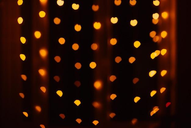 Resumo desfocar o fundo desfocado preto, luzes vermelhas e amarelas destaque