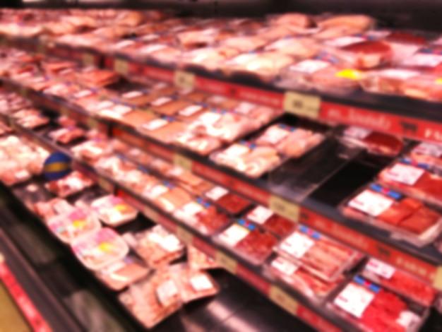 Resumo desfocar o fundo do supermercado com produtos à base de carne