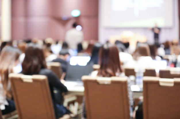 Resumo embaçado de reunião de seminário de funcionários na sala de conferências