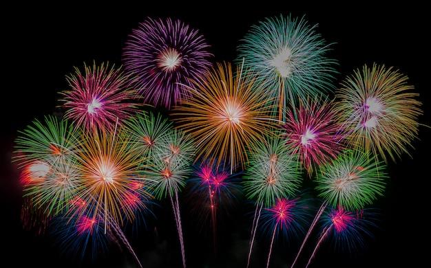 Resumo, fogos de artifício e lindo céu para comemorar o feriado de ano novo ou o natal