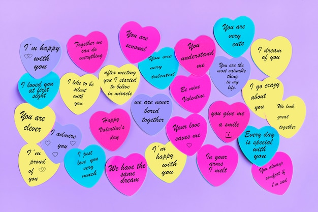 Resumo nota auto-adesiva vazia em forma de ímã de coração na placa-de-rosa