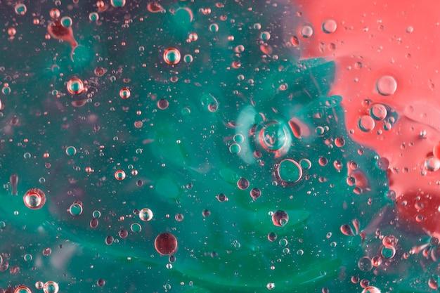 Resumo padrão de bolhas de óleo colorido na água