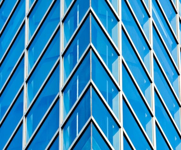 Resumo padrão de janelas de vidro moderno edifício com reflexão de arranha-céus de construção