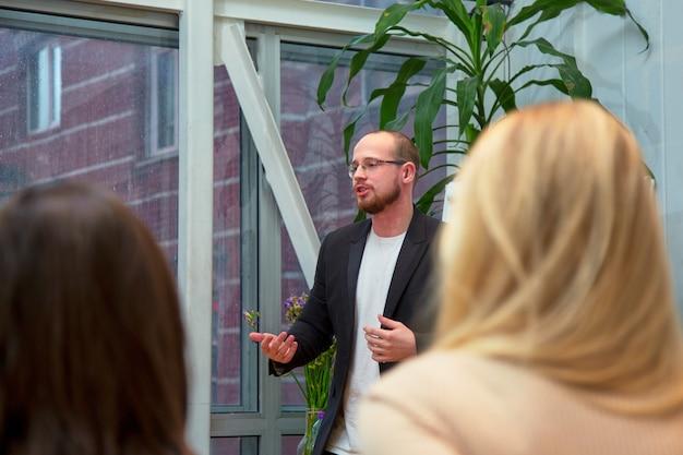 Resumo pessoas palestra na sala de seminários, educação ou formação conceito