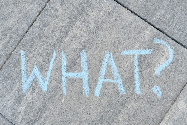 Resumo que ponto de interrogação desenhado em giz de cera no asfalto cinzento
