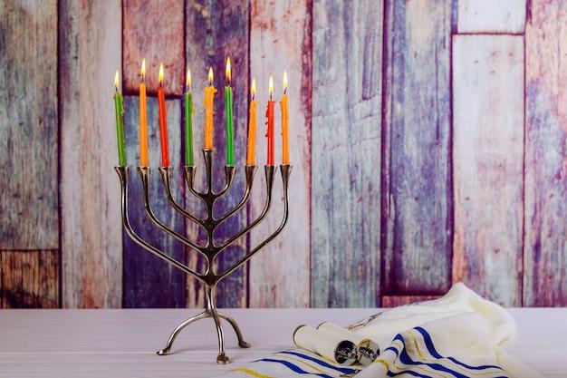 Resumo retrô de feriado judaico hanukkah com luzes desfocadas tradicionais de menorá